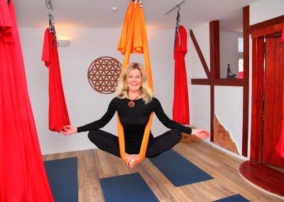 Steffi im Raum für Yoga und Aerial Yoga